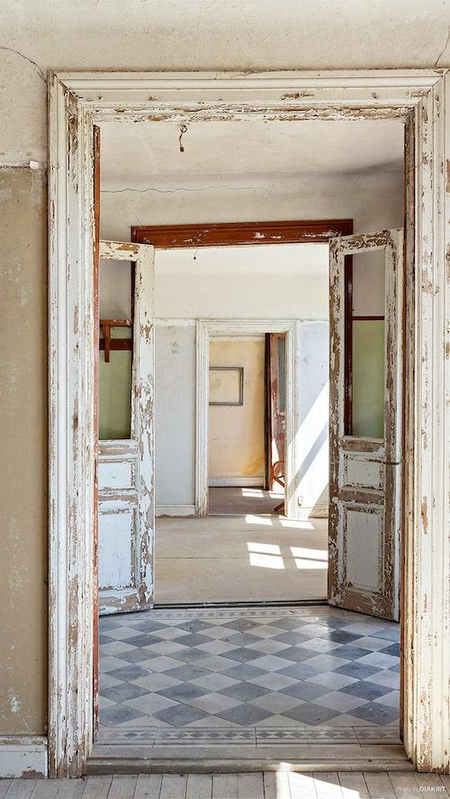 Hallen, keramiken på golvet är schackrutigt stengods med meanderbård.