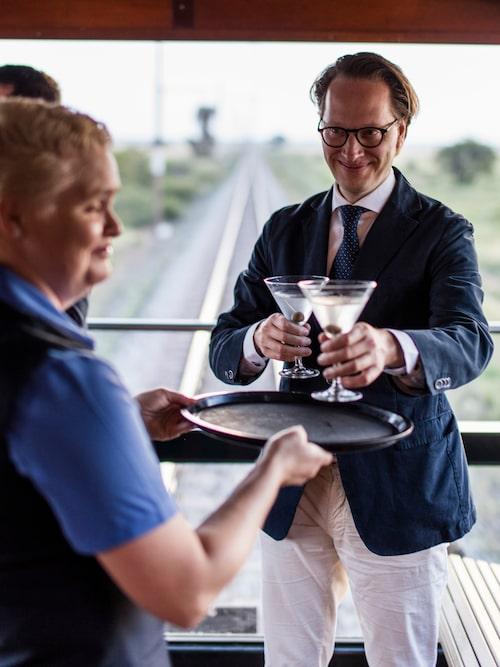 En dry martini före middagen avnjuts med fördel ihop med vackra vyer.