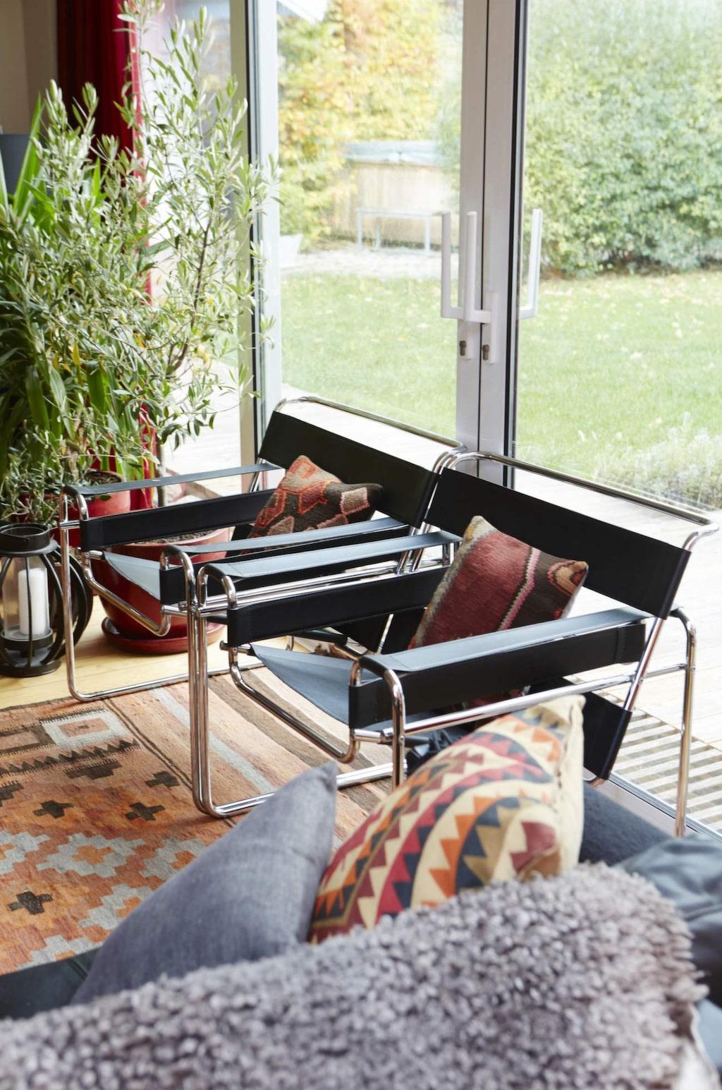 Klassiker<br>Nina är uppvuxen med danska möbelklassiker. De svarta skinnfåtöljerna Wassily är vintage och designade av Marcel Breuer. De har hängt med sedan Nina pluggade i Lund.