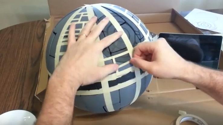 Använd maskeringstejp för att skapa mönstret och spraya/måla med en mörkare färg.