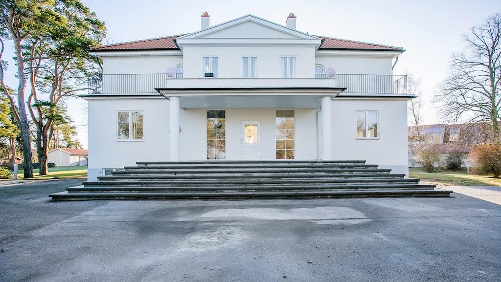 Den exklusiva villan byggdes år 1902. Huset är genomgående vitt och flera rum har försetts med skinande italienskt marmorgolv.