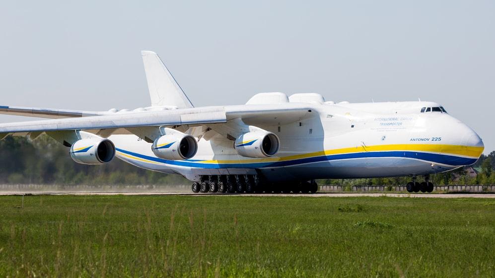 Antonov An-225 är världens största flygplan. I dag finns det ett exemplar som flyger, och ett som står ofärdigt i en industrilokal i Ukraina.