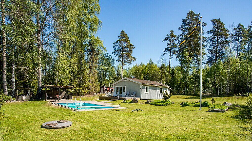 Tomten som är på hela 1 606 kvadratmeter har bland annat pool och stensatt uteplats under tak.