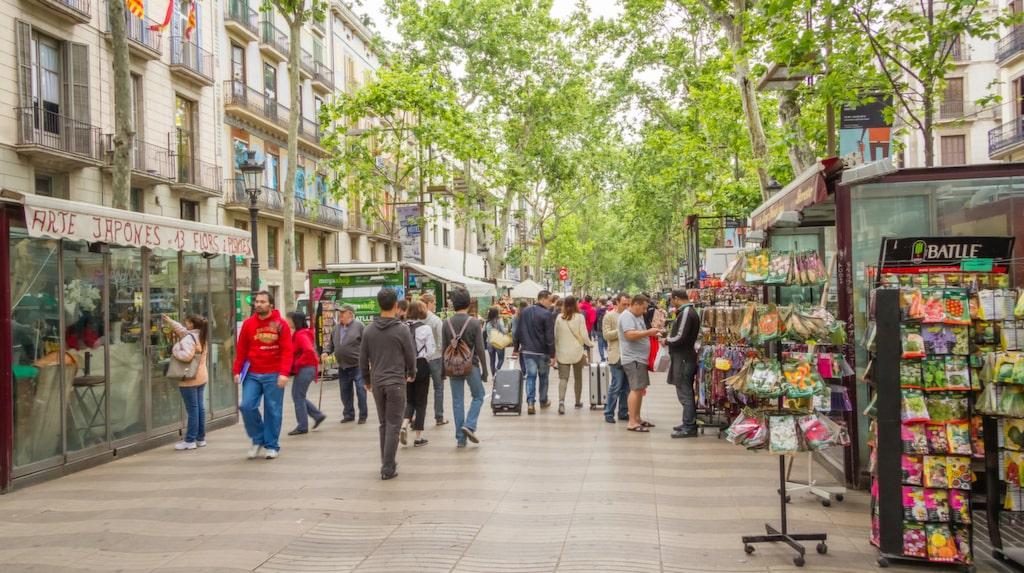 Nu trappar man upp sitt krig mot alla oönskade turister – genom att helt bygga om populära paradgatan La Rambla.