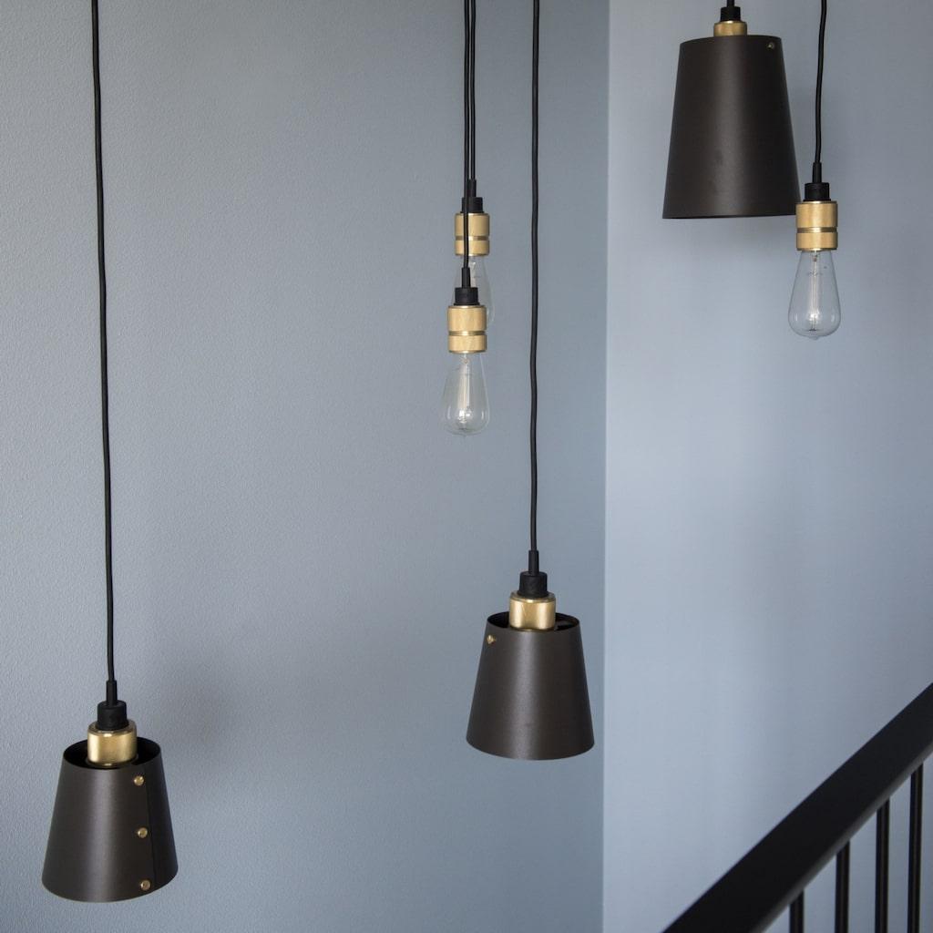 Kontrast. Lampan i trappan heter Hooked och kommer från Buster + Punch.