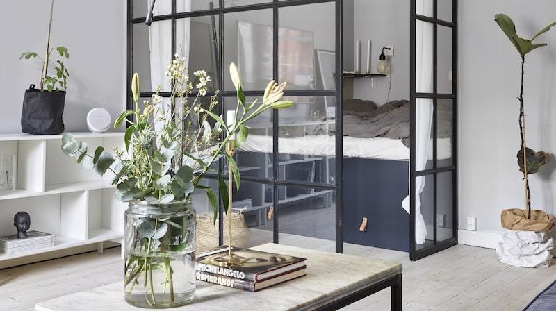 """Glasväggen med stålpartier är byggt av tv-programmet """"Äntligen hemma"""". Nu har de ett rum extra i rummet utan att stjäla ljus och rymd. Vas, Lagerhaus, ljusstake, Skultuna, förvaringsboxar och ljusslinga, Granit, matta, Ikea, pläd, Cozy Living."""