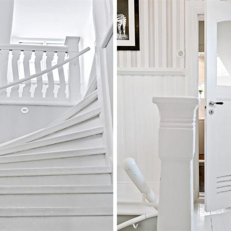 Trappan upp till övervåningen där flera sovrum finns.