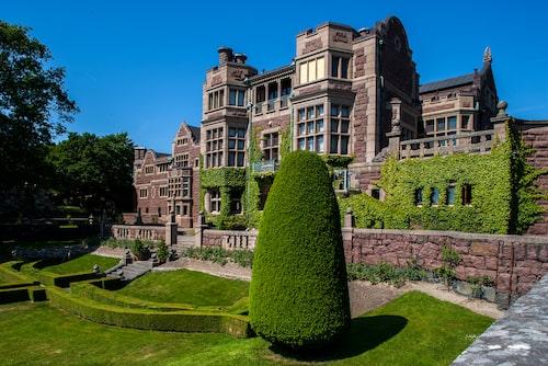 Tjolöholms arkitektur och trädgårdar är så engelskt det kan bli i Sverige.
