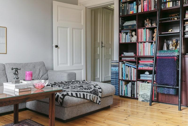 Ett rum med bibliotekskänsla och gott om plats för umgänge hemma hos familjen Axeheim.