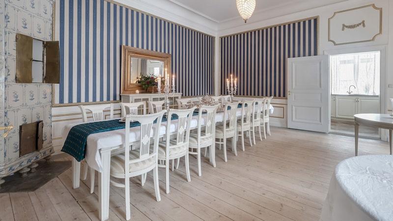 Matsal med plats för flera sittande gäster.