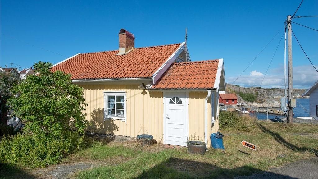 Huset är från början en fiskarstuga från sekelskiftet (1909) uppförd i kärntimmer.