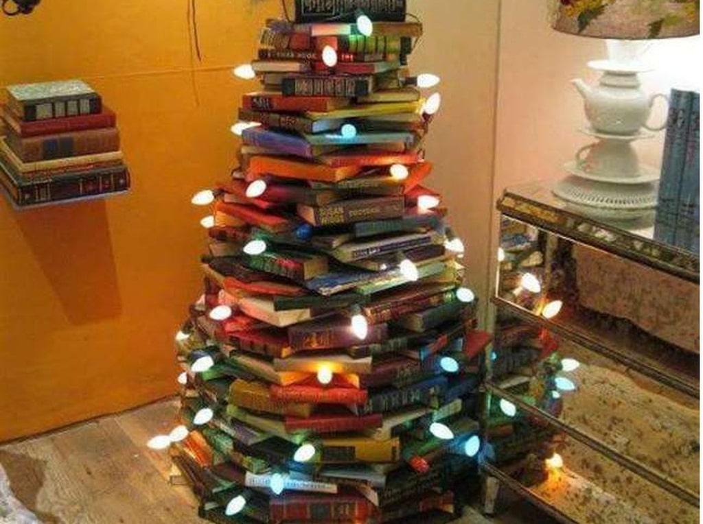 Har du många böcker hemma? Varför inte låta dem bli årets julgran?