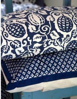 Mjuka kamrater. Överst kudde Ektorp svankkudde i klintblått, 199 kronor, Ikea. Kudde Buti, 365 kronor, Anna O.