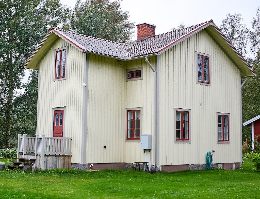 Huset i Järvsö, troligen byggt 1904, ligger på en udde med utsikt mot vattnet från nästan alla fönster.