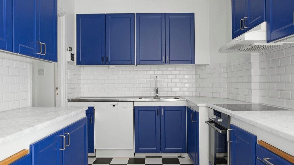 Nyrenoverat kök med platsbyggda skåp målade i en kornblå färg, vilket är samma färg som Rikard hade på sina skåpsluckor i våningen på Lundagatan där han bodde i över 30 år.