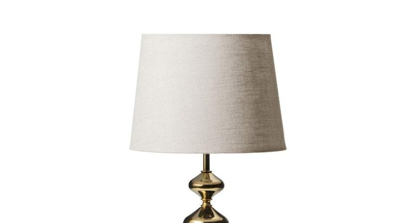 Mässing. Lampor med detaljer i mässing är ett återkommande inslag i många kollektioner. Den här foten finns även i kopparfärg, 399 kronor, skärm av bomull, 299 kronor, båda från Åhléns.