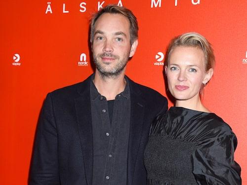 "Josephine Bornebusch med maken Erik Zetterberg på premiären av ""Älska mig""."