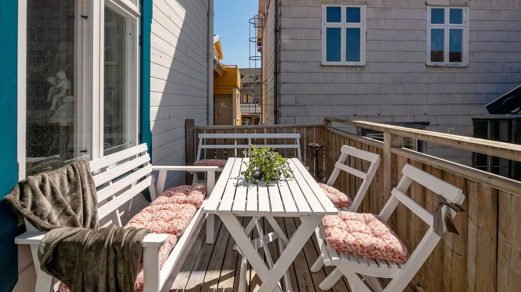 På en av balkongerna (husets baksida) finns gott om plats för att duka upp till middag för flera.