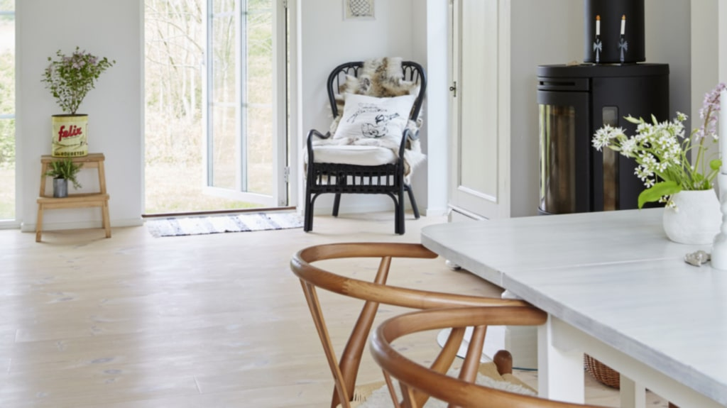 I förgrunden Y-stolen, designad av Hans Wegner, kamin från Contura och gammalt skåp från Camillas morbror som hon målat vitt.