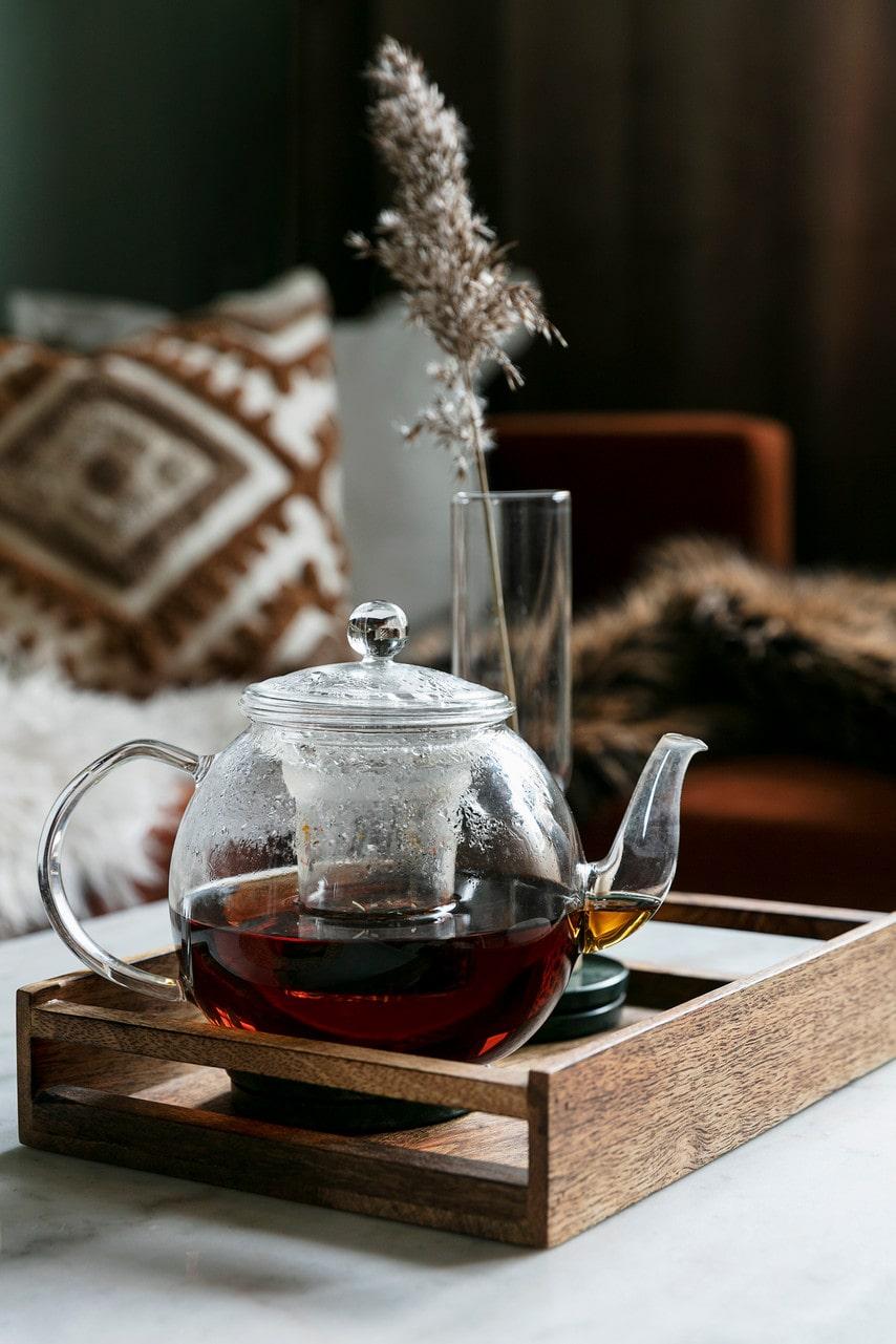 Mysfaktorn i vardagsrummet skruvas upp ett extra snäpp med en kopp varmt te. Tekanna från Flizans Te & Kaffe, bricka, HM Home.