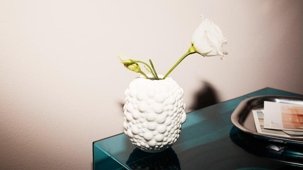 Den här vasen av stengods till exemplel kostar bara 49 kronor.