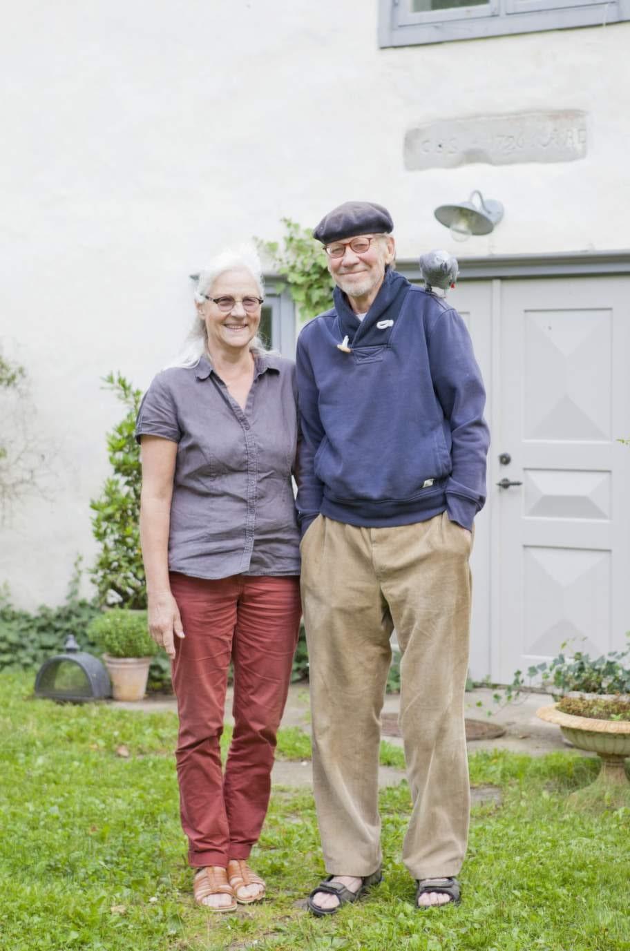 Eva von Sivers och Örjan Rudstedt framför sin gård i Mickels på södra Gotland.