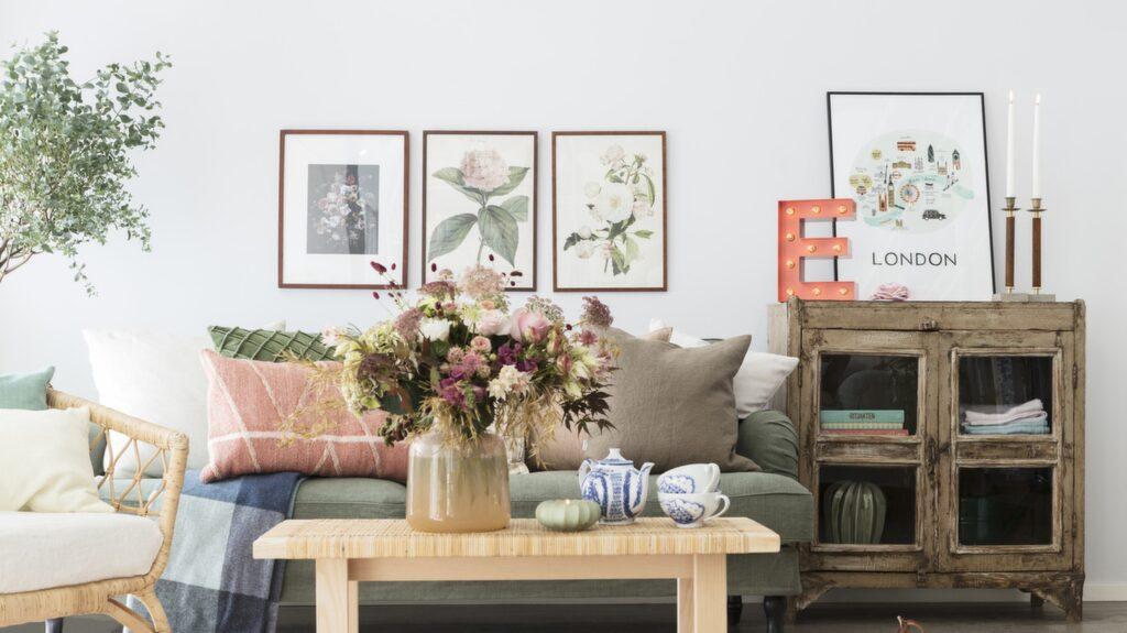 Rustik romantik! Mixade textilier, mönstrad keramik och massor av blommor ger en ljuvligt lantlig känsla. Inred med många kuddar och njut av en en kopp te i soffan.