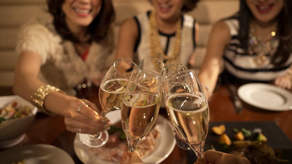 Det finns forskning som visar att vi snabbare blir berusade av bubbel som cava, champagne och prosecco.