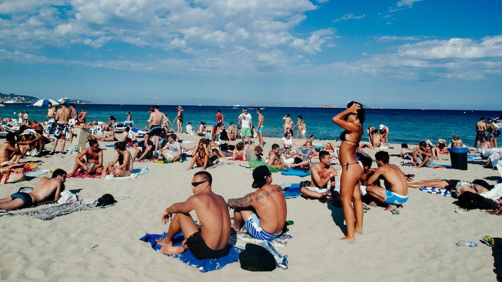 Den lokala regeringen på Balearerna föreslår alkoholförbud på flygen till bland annat Ibiza.