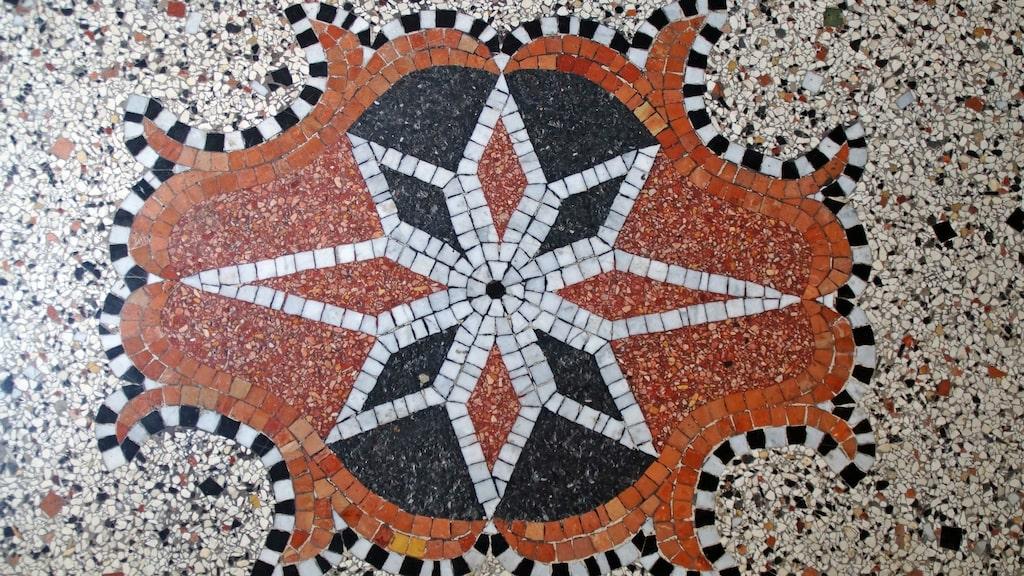 Krossad marmor och stenar blandat med cement har redan gjort sitt intågande och kommer fortsätta ta över. En bra ersättare för marmorn. Terrazzo funkar både som golv, väggar, bordsskiva och kastrullunderlägg.