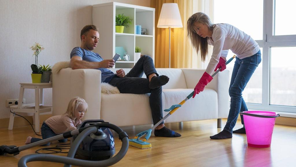 Statistiken visar att det fortfarande är kvinnor som mest av det obetalda arbetet i hemmet.