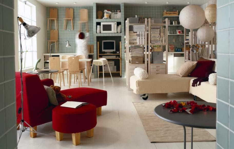 """På 90-talet kom en mer stram inredningsstil. Plötsligt gillade vi rena linjer och runda mattor. I många hem syntes Ikeas trärena bokhylla Ivar. En """"lagerhylla"""" i vardagsrummet! Stolarna på väggen heter Måns. Bild ur Ikea-katalogen 1999."""