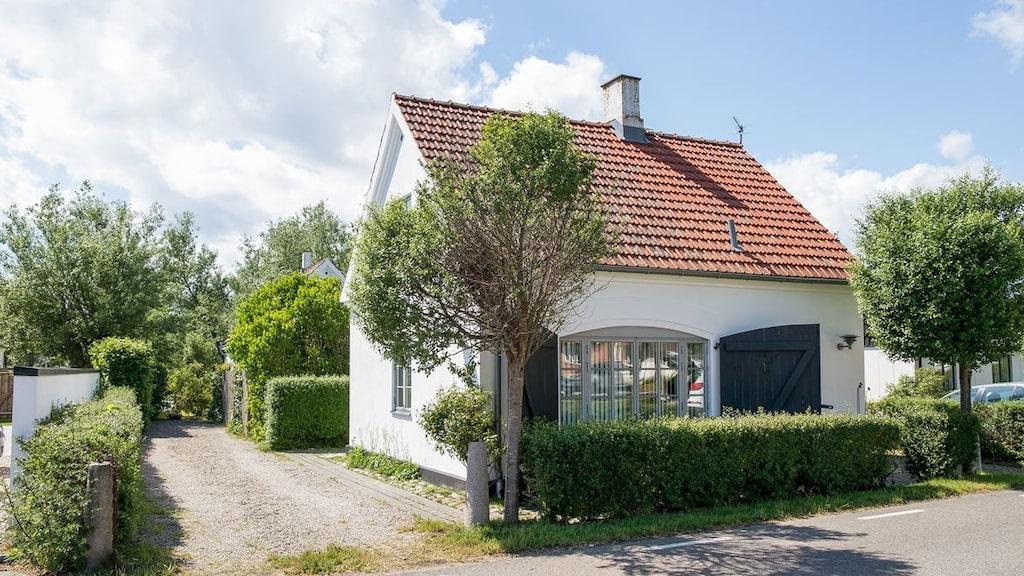 Det lilla huset på 56 kvadratmeter är byn Kåsebergas gamla brandstation. Numera är den omgjord till en pittoresk villa i skånsk byggstil.