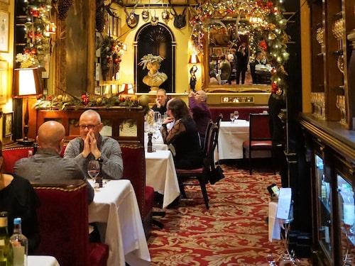 Londons äldsta krog Rules satsar på juldekorationer.