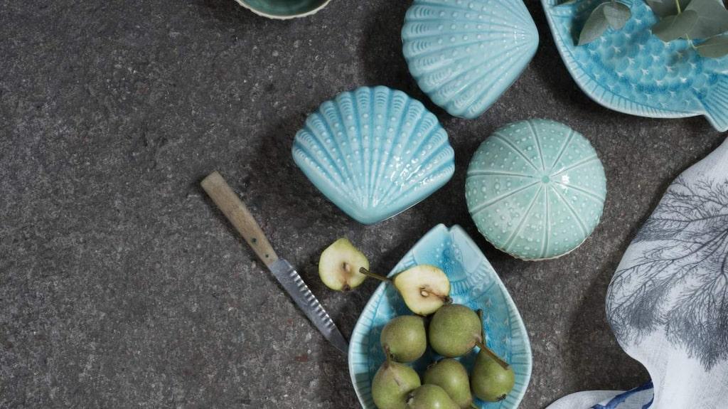 Aquatoner. I februari finns de havsinspirerade skålarna och faten hos Indiska. Fisktallrik, 79 kronor.