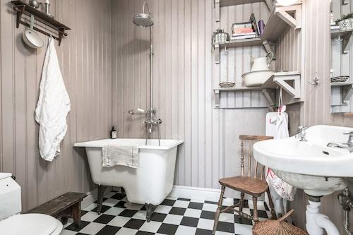 Fantastiskt badrum med inredning i gammal stil.