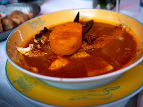 En klassisk bouillabaisse, en fiskgryta bestående av minst fyra olika fisksorter, krutonger och så den pikanta vitlöksmajonnäsen, rouille.