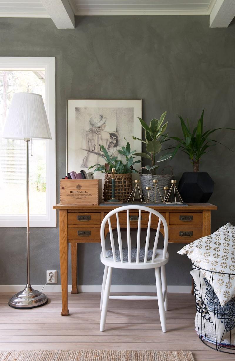 Dekorativa ting. Ett vackert gammalt skrivbord har blivit en plats för olika växer och dekorativa ting. Ljusstakarna är från second handbutiken Öppna hjärtat.