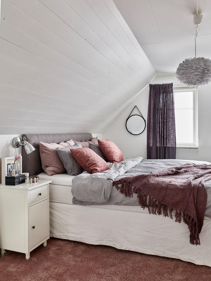 Filippa har inrett sovrummet i varma toner. Matta, Ikea. Sänggavel, Ellos. Sängkläder från bland annat Hemtex. Sängbord, Ikea. Spegel Broste Copenhagen. Sänglampa, Mio. Liten ask, House Doctor. Pläd, Mio.