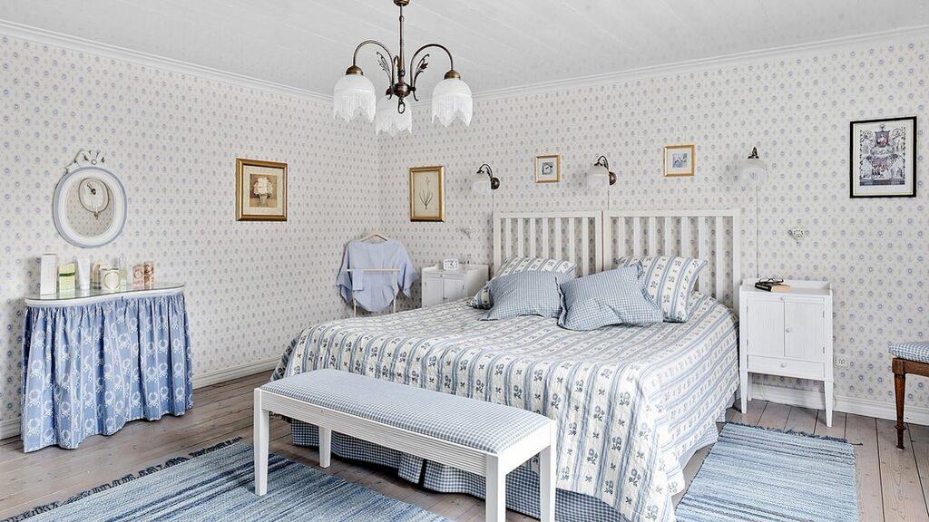 Det stora sovrummet är 21 kvadratmeter och har flera originaldetaljer bevarade.