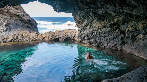 Charco Azul en dryg halvtimmes bilfärd norr om Santa Cruz är en mycket vacker klippbassäng.