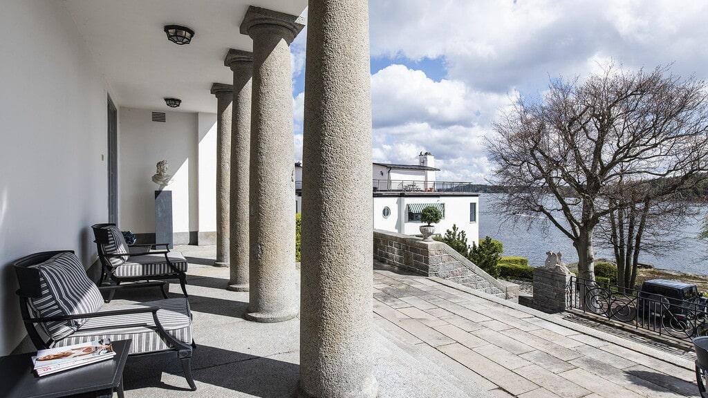 En alldeles unik lägenhet i en villa är nu till salu, av Layered-grundaren Malin Glemme. Här den stora stenlagda uteterrassen i flera steg med en hänförande utsikt.