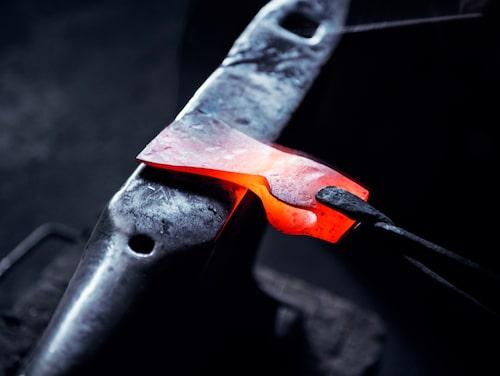 Lär dig hur man tillverkar handsmidda yxor på Gränsfors Bruk.