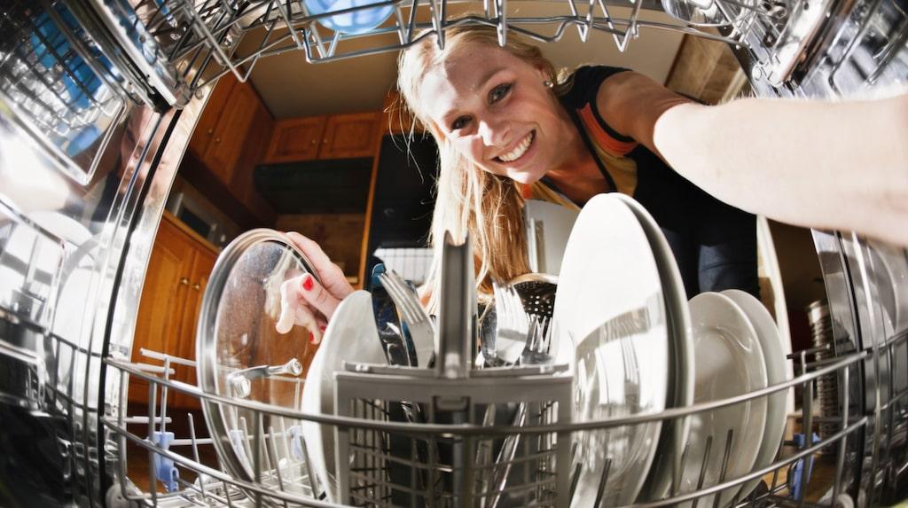 Det mest effektiva sättet att få disken ren är att packa tallrikarna i en cirkel runt bestickstället.
