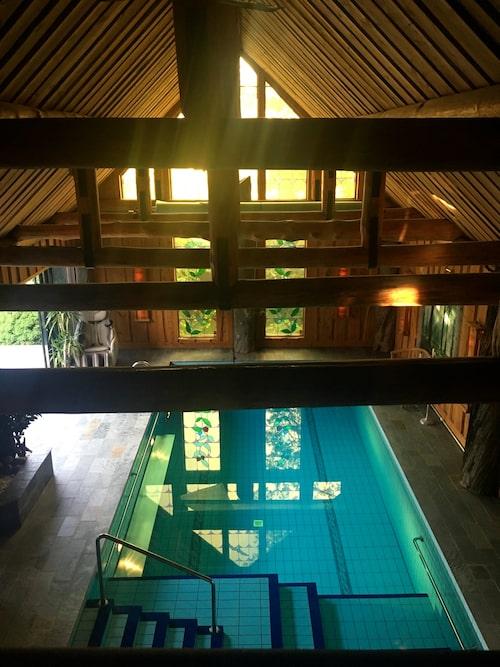 Dagliga dopp i poolen. Utsikt från balustraden utanför sovrummet.