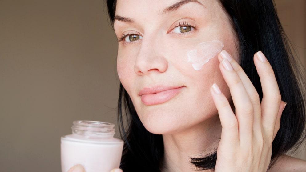 En bra ansiktskräm kan lugna en blossande, irriterad hud.