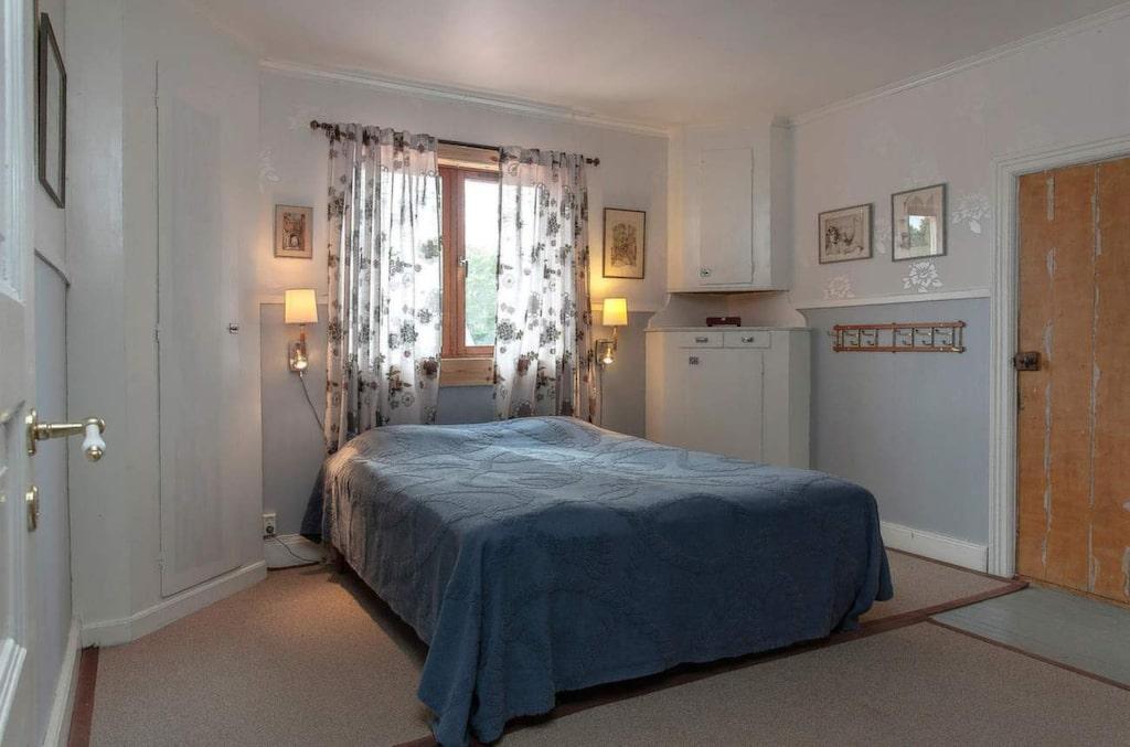 Det här sovrummet var en gång i tiden ett extra kök, då två familjer bodde i huset. De gamla skafferierna är numera garderober och skåp för förvaring. Den lilla dörren till höger döljer ett extra litet sovrum inne i den före detta klädkammaren.