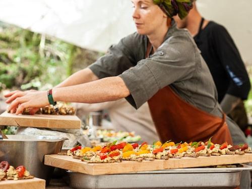 På Stedsans in the Woods i Halland lagas all mat över eld.