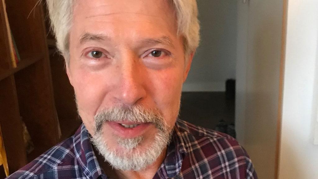 """Mats Humble är psykiater, medicine doktor och forskare vid Örebro Universitet. """"I det här läget tycker jag att man borde påbjuda befolkningen att ta D-vitamintillskott"""", säger han."""