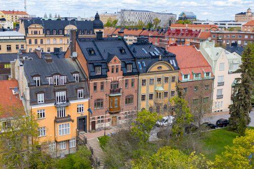 Förutom den egna och privata trädgården på 100 kvadratmeter ligger också en liten men grön park på framsidan av huset.